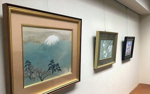 文翔館に展示される横山大観「霊峰之春」(左)などの桜の作品(東京・中央の林田画廊)