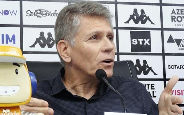 ブラジル1部リーグ、ボタフォゴの新監督に就任し、記者会見するパウロ・アウトゥオリ氏(13日、リオデジャネイロ)=共同