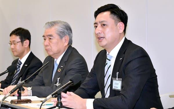 決算発表するコクヨの黒田英邦社長(右)と黒田章裕会長(中)=14日、大阪取引所