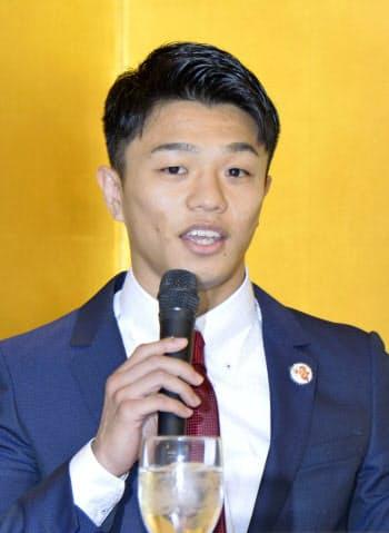 WBOフライ級王座決定戦への挑戦を発表し、記者会見で抱負を語る中谷潤人(14日、東京都内のホテル)=共同