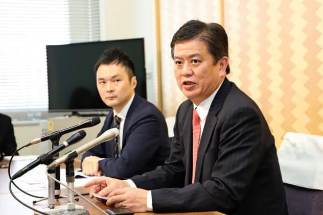 会見する日本風力開発の松島聡常務執行役員(右)(14日、秋田県庁)