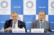事務折衝を終え、記者会見するIOCのコーツ調整委員長(左)と大会組織委の森喜朗会長(14日午後、東京都中央区)=共同