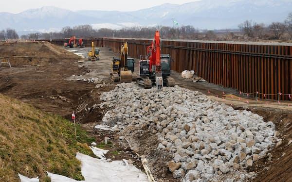 決壊した堤防の本復旧に向けた工事が進んでいる(長野市穂保地区)