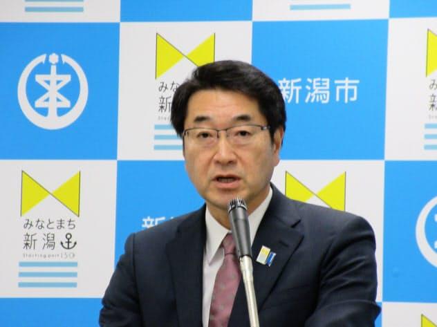 新潟市の20年度予算案を発表する中原八一市長(14日、新潟市)