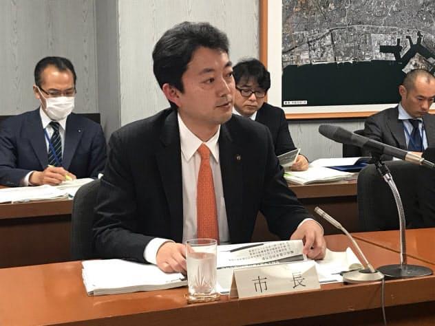 20年度予算案を発表する千葉市の熊谷俊人市長(14日、千葉市役所)