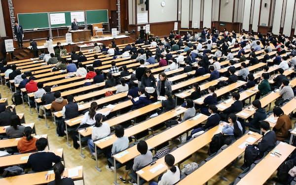 大学入試センター試験に臨む受験生(2020年1月、東京都文京区の東京大学)