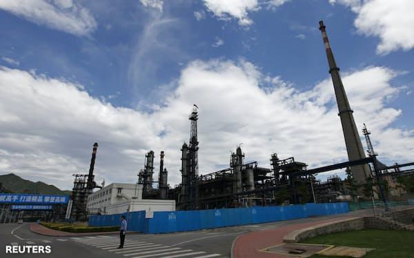 石油は中国の需要が落ち込みつつある(中国の製油所)=ロイター
