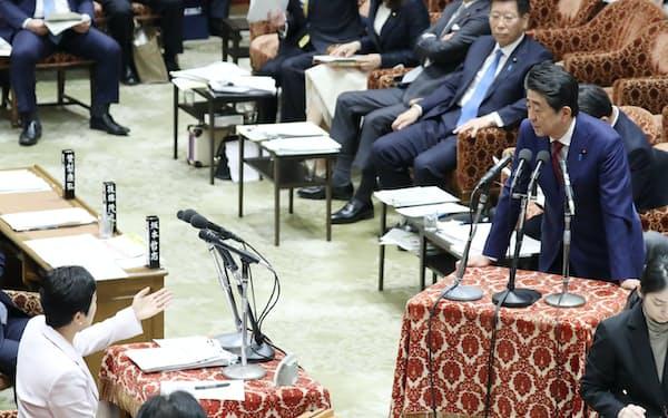 衆院予算委で立憲民主党の辻元氏(左端)の質問に答える安倍首相(12日)