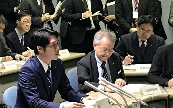 新たな感染者の確認を受けて開いた対策会議で発言する北海道の鈴木直道知事(左)(14日夜、北海道庁)