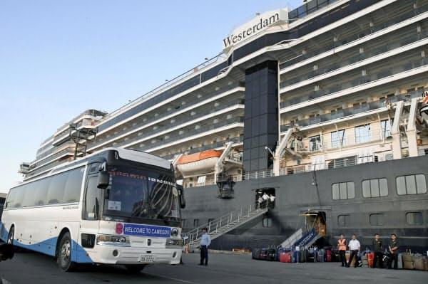クルーズ船「ウエステルダム」から下船した乗客の出迎えに来た大型バス(15日、カンボジア南部シアヌークビル)=共同