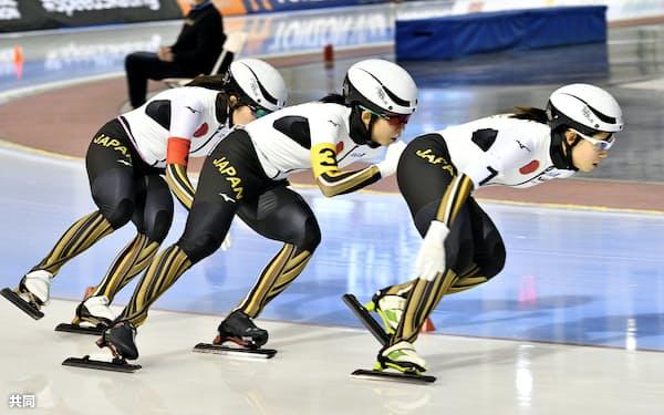 女子団体追い抜きで2分50秒76の世界新記録で優勝した(右から)高木菜那、高木美帆、佐藤綾乃の日本(14日、ソルトレークシティー)=共同