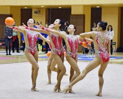 新演目を披露する新体操団体の日本代表(15日、栃木県小山市)=共同
