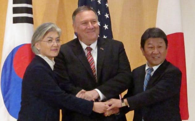 日米韓外相会談に臨む(左から)韓国の康京和外相、ポンペオ米国務長官、茂木敏充外相(15日、ドイツ・ミュンヘン)