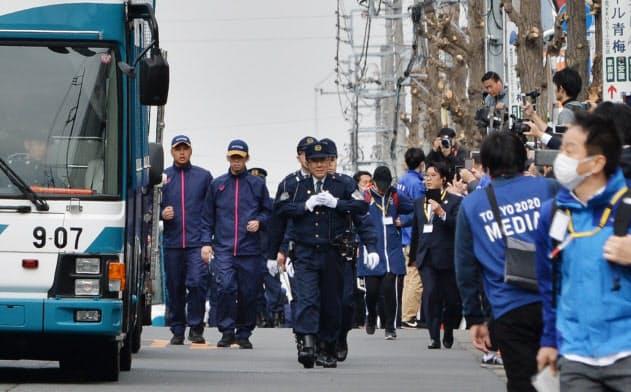 聖火リレーのリハーサルで沿道を警備する警察官ら(15日、東京都羽村市)