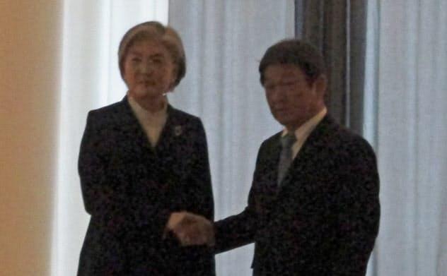 日韓外相会談に臨む康京和外相(左)と茂木敏充外相(15日、ドイツ・ミュンヘン