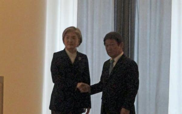 日韓外相会談で握手する康京和外相(左)と茂木敏充外相(2月、独ミュンヘン)