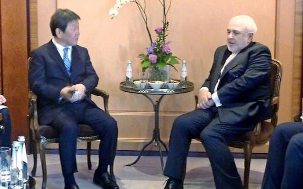 イランのザリフ外相(右)と会談する茂木外相=15日、ドイツ・ミュンヘン(共同)