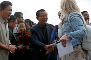 カンボジアのフン・セン首相は笑顔で乗客を出迎えていた(14日、シアヌークビル)=ロイター
