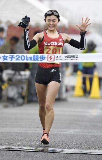 女子20キロで6連覇を果たし、東京五輪代表に決まった岡田久美子(16日、神戸市)=共同
