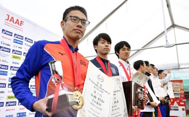 男子20キロの表彰式に臨む(左から)優勝した山西利和、2位の池田向希、3位の高橋英輝ら(16日、神戸市)=共同