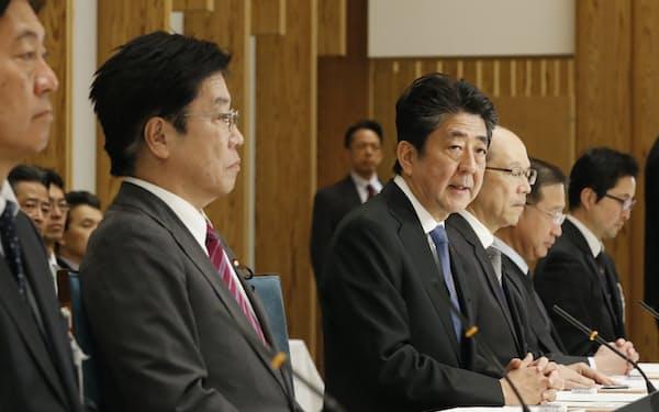 新型コロナウイルス感染症専門家会議の冒頭であいさつする安倍首相(16日、首相官邸)
