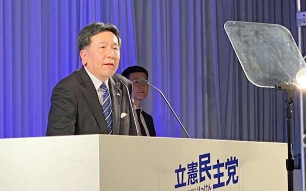 立憲民主党の党大会であいさつする枝野幸男代表(16日、東京都新宿区)