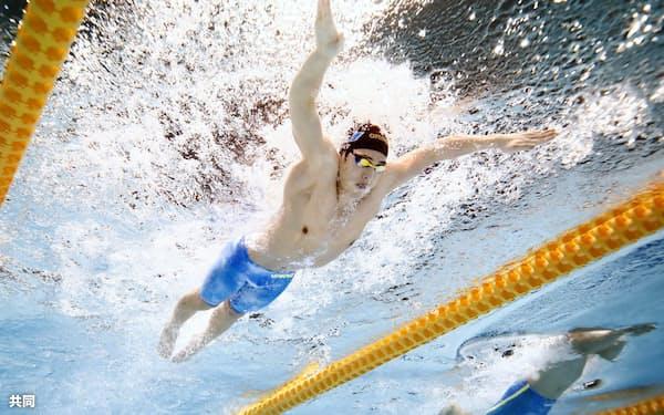 男子100メートル平泳ぎ決勝 優勝した瀬戸大也=左(16日、東京辰巳国際水泳場)=共同