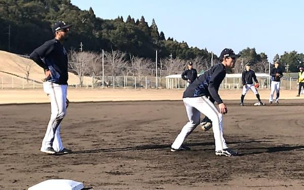 中川(手前右)と宗(同左)は三塁の定位置争いでしのぎを削る