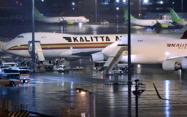 羽田空港に2機到着した米政府のチャーター機(16日)