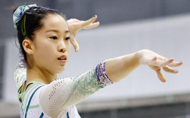 女子個人総合で優勝した畠田瞳の床運動(16日、朝日生命久我山体育館)=共同