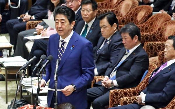衆院予算委の冒頭、自身のヤジ問題に関して謝罪する安倍首相(17日午前)