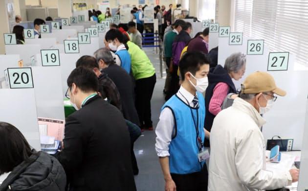 確定申告が始まった税務署では、マスク姿の人たちが目立つ(17日午前、東京都港区)