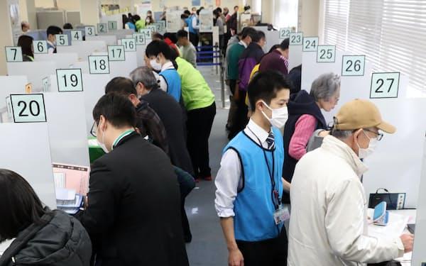 確定申告が始まった税務署では、マスク姿の人たちが目立つ(17日、東京都港区)