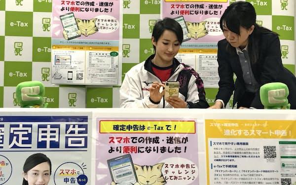 スマホによる確定申告の模擬体験を行う清水希容選手(17日、大阪国税局)