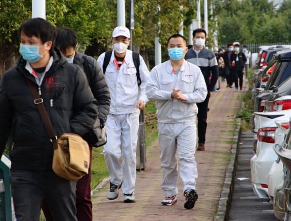 マスク姿で出勤するトヨタ自動車の合弁工場の従業員(17日午前、広東省広州市)
