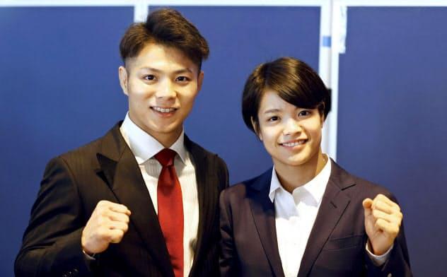 成田空港で取材に応じ、ポーズをとる柔道男子66キロ級の阿部一二三(左)と妹で女子52キロ級の阿部詩(17日午前)=共同