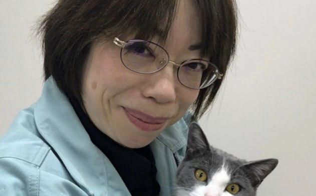 所長室のケージで育てた猫「くっぴー」を抱く所長の土肥富有子さん(神奈川県平塚市)