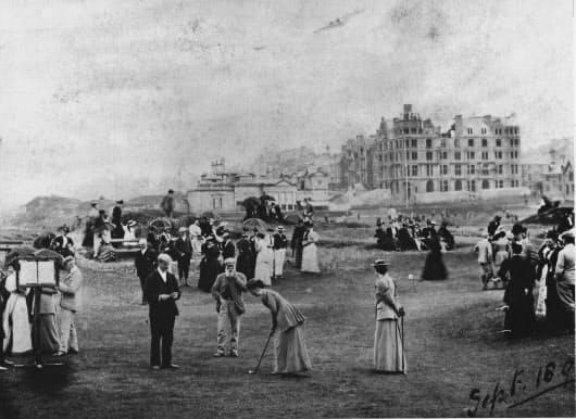 19世紀のスコットランドでは、ゴルフは紳士だけのものでなく、淑女も楽しんだ。あごひげのトム(中央下)はパイプをくゆらせながら、そうした紳士淑女にゴルフレッスンを行った
