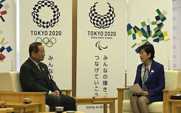 会談する小池知事(右)と東京バス協会の山口会長(17日、都庁)
