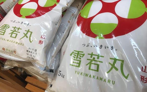 山形産「雪若丸」などの高級ブランド米は増産になりそうだ(都内の小売店)