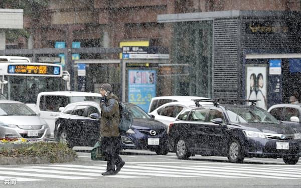 雪が舞う福岡市の繁華街・天神(17日午前)=共同