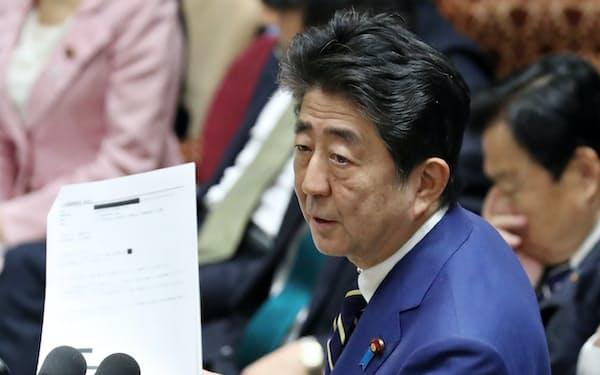 立憲民主党の辻元清美氏がANAホテル東京からメールで得た回答のコピーを手に答弁する安倍首相(17日、衆院予算委)