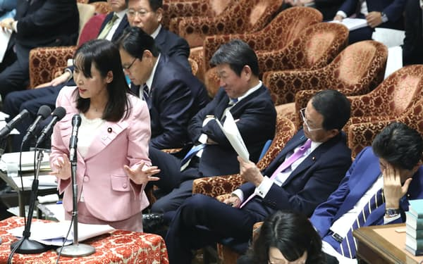 検事長の定年延長問題で答弁する森法相(左)(17日、衆院予算委)