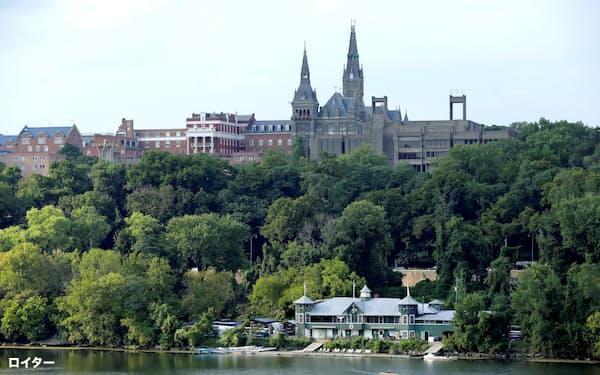 米国首都ワシントンのポトマック川から望むジョージタウン大学。黒人奴隷の売却益で財政を支えたという過去に向き合おうとしている=ロイター