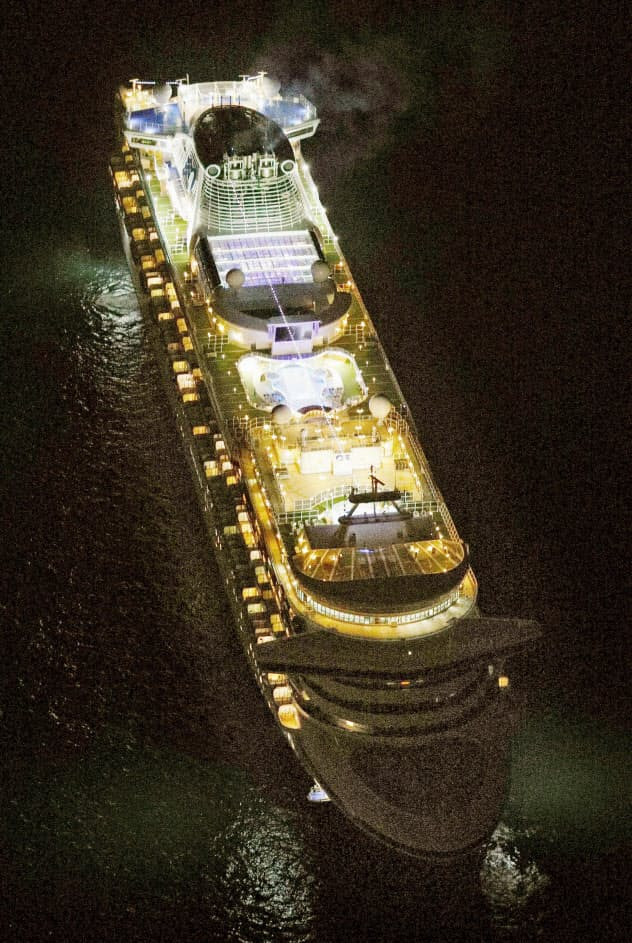 横浜市沖に停泊するクルーズ客船「ダイヤモンド・プリンセス」