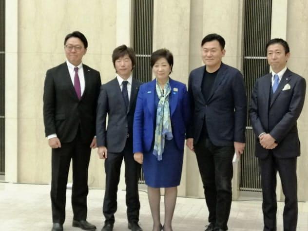 東京都の小池百合子知事(写真中央)は新経連の三木谷浩史代表理事(右から2人目)と会談し、テレワーク推進に協力を求めた