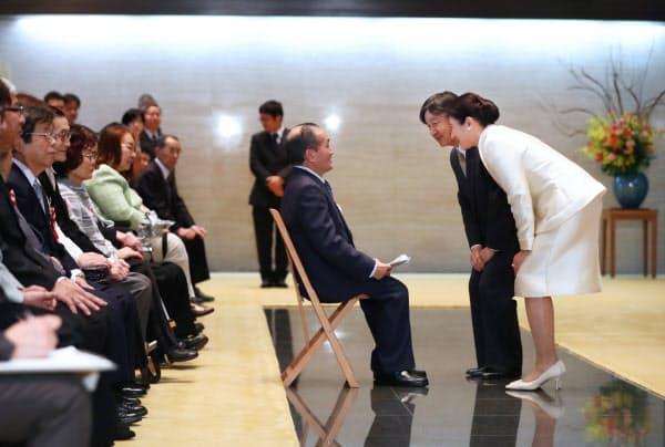 「障害者自立更生等厚生労働大臣表彰」を受けた障害者、自立更生者らに話しかける天皇、皇后両陛下(17日、皇居・宮殿)=代表撮影