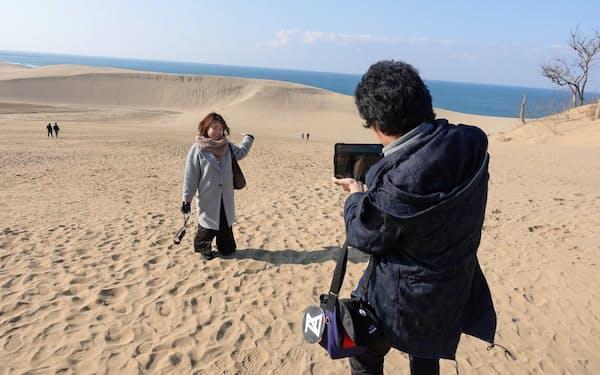 鳥取砂丘で記念撮影する佐藤さん
