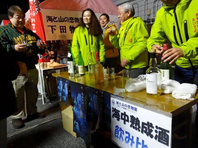 来場客は飲み比べで通常の商品との違いを味わった(15日、埼玉県秩父市)