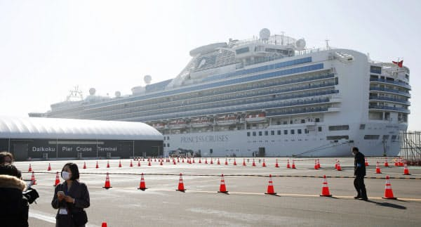 横浜・大黒ふ頭に停泊するクルーズ船「ダイヤモンド・プリンセス」(17日)=共同